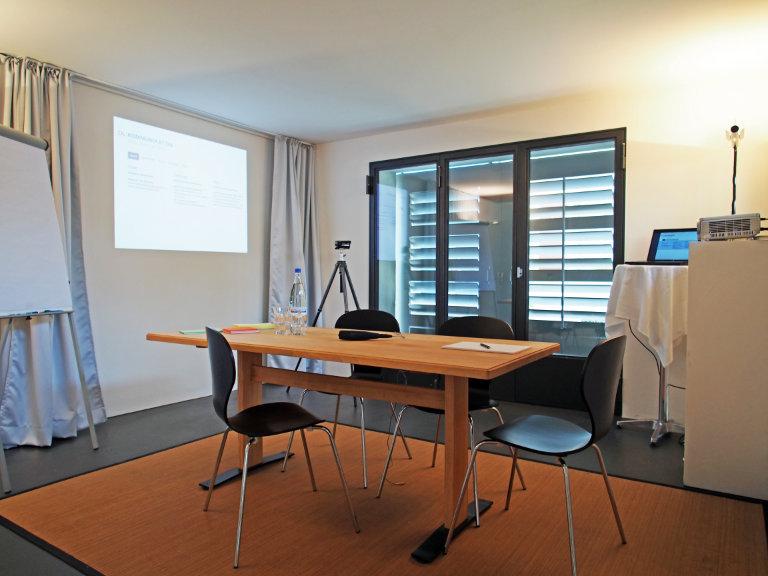 Schulungs-, Seminar- und Sitzungsräume in der casita, Ihrem Zuhause in Bern, mit Konferenztisch, Beamer und Flipchart, Pausenraum und Sonnenterrasse, für maximal 5 Personen